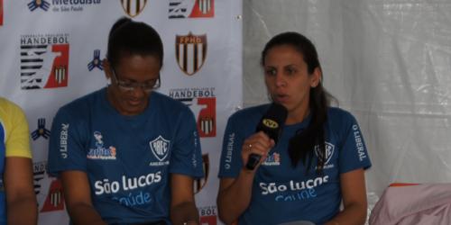 A goleira Camila (esquerda) e a armadora Lúcia representaram Rio Branco/Americana na coletiva das finais do Super Paulistão.