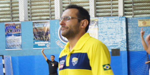 Maurício Toto, técnico do Infantil Masculino da Metodista/São Bernardo, reclama de desatenção no início do segundo tempo. Crédito: Marcio Hasegava