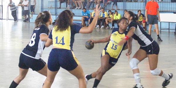 Guarulhos impôs forte marcação e dificultou muito o ataque de São José na final do Júnior Feminino. Crédito: Marcio Hasegava