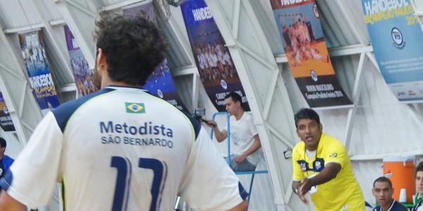 Helinho, técnico da Metodista, ficou satisfeito com o desempenho da equipe na vitória sobre Pinheiros no jogo 1 da final do Júnior Masculino. Crédito: Marcio Hasegava