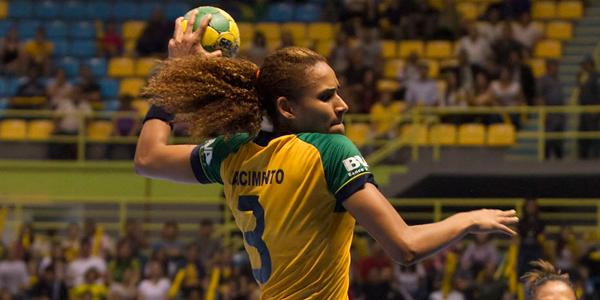 Alexandra, uma das meninas do Brasil, tentou, mas seleção perde para Espanha nas quartas de final do Mundial Feminino. Crédito: Divulgação